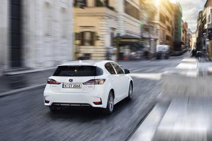 Lexus CT 200h Aussenansicht Heck schräg dynamisch weiss