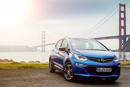 Opel Ampera-e Aussenansicht Front schräg statisch blau