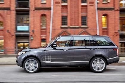 Land Rover Range Rover 4 Aussenansicht Seite chräg dynamisch grau