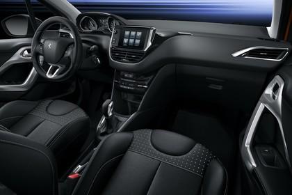 Peugeot 208 A9 Innenansicht statisch Studio Vordersitze und Armaturenbrett beifahrerseitig