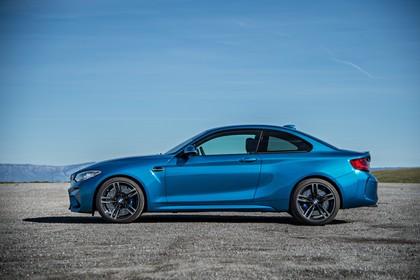BMW 2er M2 Coupe F87 Aussenansicht Seite statisch blau
