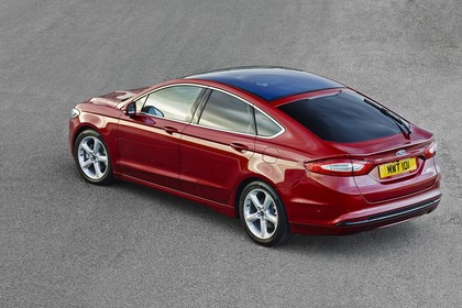 Ford Mondeo Limousine Mk5 Seite schräg statisch rot