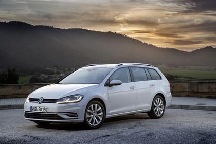 VW Golf 7 Variant Facelift Aussenansicht Front schräg statiscg weiss