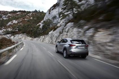 Lexus NX AZ1 Aussenansicht Heck schräg dynamisch grau