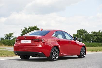 Lexus IS XE3 Aussenansicht Heck schräg statisch rot