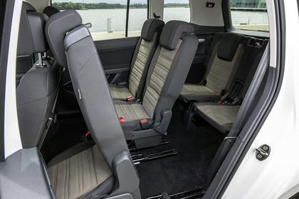 VW Touran 2 Innenansiccht Einstieg Rücksitze Fahrerseite statisch beige