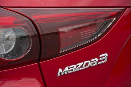 Mazda 3 BM Fünftürer Aussenansicht Heck schräg statisch Detail Rückleuchte links und Mazda3 Schriftzug rot