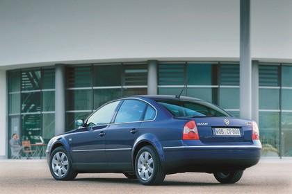 VW Passat Limousine B5 Facelift Aussenansicht Heck schräg statisch blau