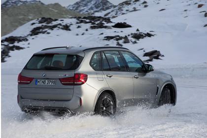 BMW X5 M F85 Aussenansicht Heck schräg dynamisch silber