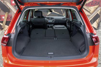 VW Tiguan 2 Aussenansicht Heck Kofferraum geöffnet statisch rot