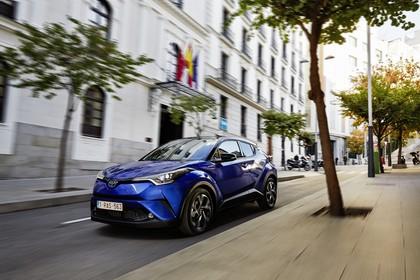 Toyota C-HR Aussenansicht Front schräg dynamisch blau