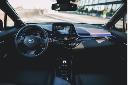 Toyota C-HR Innenansicht statisch Vordersitze und Armaturenbrett