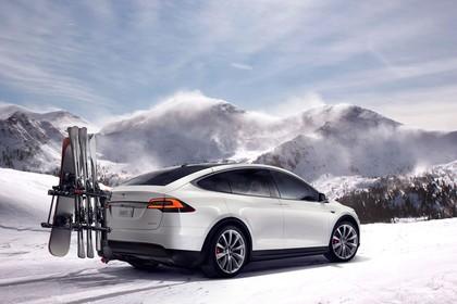 Tesla Model X Aussenansicht Heck schräg statisch weiss