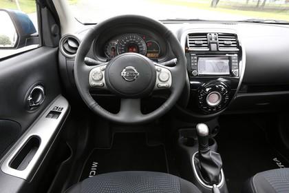 Nissan Micra K13 Innenansicht statisch Fahrersitz Lenkrad und Armaturenbrett fahrerseitig