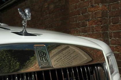 Rolls-Royce Wraith Aussenansicht Front schräg statisch Detail Grill und Kühlerfigur