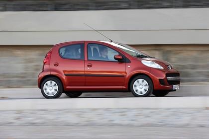 Peugeot 107 P Facelift Fünftürer Aussenansicht Seite schräg dynamisch rot