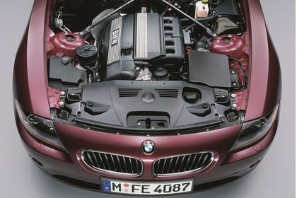 BMW Z4 Roadster E85 Aussenansicht Front erhöht statisch Studio rot Motorhaube geöffnet Detail Motor