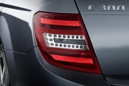 Mercedes-Benz C-Klasse T-Modell S204 MoPf Aussenansicht Heck schräg statisch Detail Rückleuchte links grau