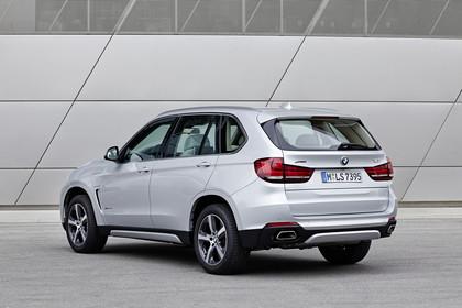 BMW X5 Facelift Aussenansicht Heck schräg statisch silber