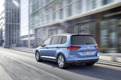 VW Touran 2 Aussenansicht Heck schräg dynamisch blau