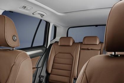 VW Golf Sportsvan Innenansicht Rücksitzbank mit Kindersitz Studio statisch braun