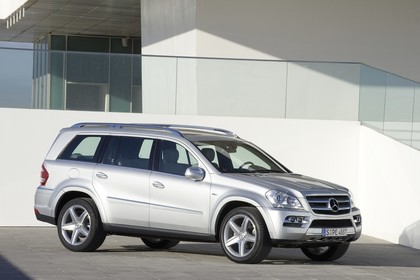 Mercedes Benz GL-Klasse Aussenansicht Front schräg statisch silber