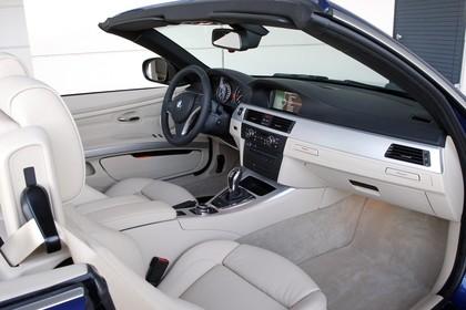 BMW 3er Cabriolet LCI Innenansicht statisch Vordersitze und Armaturenbrett beifahrerseitig