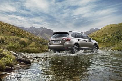 Subaru Outback Aussenansicht Heck schräg dynamisch braun