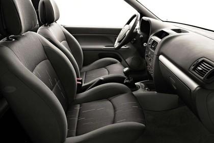 Renault Clio B Facelift Fünftürer Innenansicht statisch Studio Vordersitze und Armaturenbrett beifahrerseitig