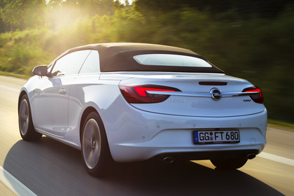 Opel Cascada Aussenansicht Heck schräg dynamisch weiss