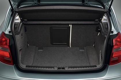 BMW 1er Dreitürer E81 Innenansicht statisch Studio Kofferraum