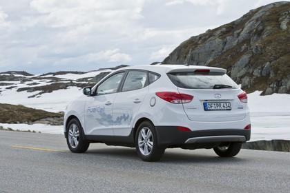 Hyundai ix35 Fuel Cell EL Aussenansicht Heck schräg statisch weiß