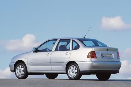VW Polo 3 Limousine 6N Aussenansicht Seite schräg statisch silber