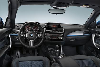 BMW 1er Dreitürer F21 Innenansicht Fahrerposition Studio statisch schwarz