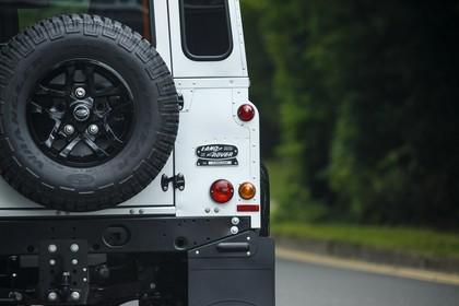 Land Rover Defender Dreitürer Detail Aussenansicht Rückleuchten statisch weiß