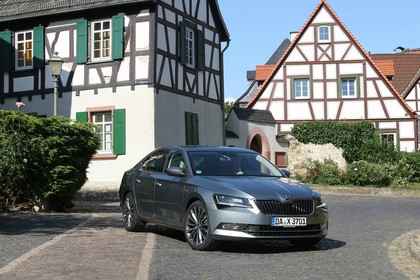 Skoda Superb Limousine 3V Aussenansicht Front schräg statisch grau