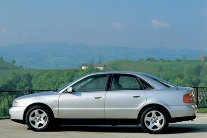 Audi A4 Limousine B5 Aussenansicht Seite statisch silber