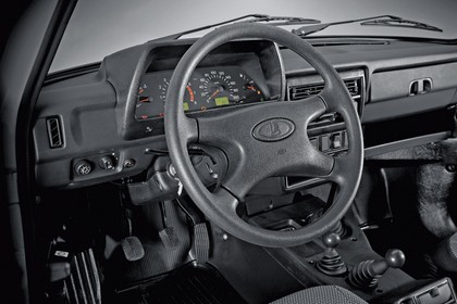 Lada 4x4 Innenansicht statisch Studio Lenkrad und Armaturenbrett fahrerseitig