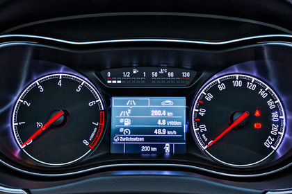 Opel Corsa E Dreitürer Innenansicht Detail kombiinstrument statisch schwarz