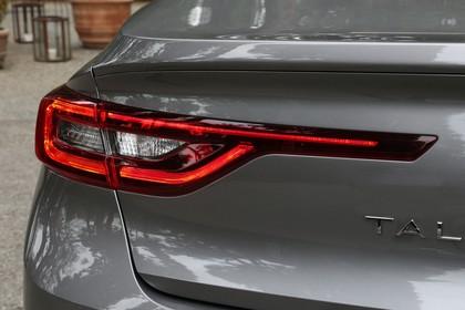 Renault Talisman RFD Aussenansicht Heck schräg statisch Detail Rückleuchte links grau