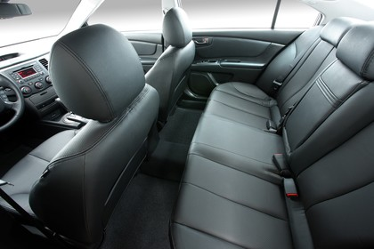 Kia Magentis MG Facelift Innenansicht statisch Studio Rücksitze Vordersitze und Armaturenbrett fahrerseitig