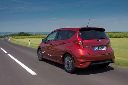 Nissan Note E12 Aussenansicht Heck schräg dynamisch rot