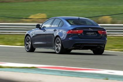 Jaguar XE X760 Aussenansicht Heck dynamisch dunkelblau