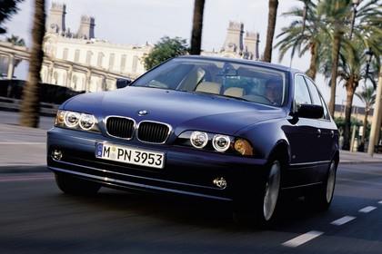 BMW 5er Limousine E39 LCI Aussenansicht Front schräg dynamisch dunkelblau