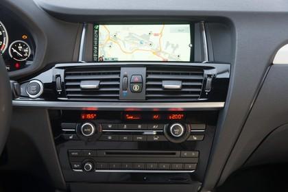 BMW X4 Innenansicht Detail Multimedia statisch schwarz