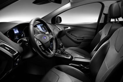 Ford Focus Turnier Mk3 Innenansicht Vordersitze und Armaturenbrett fahrerseitig