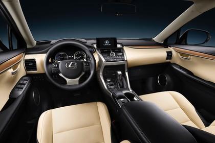 Lexus NX AZ1 Innenansicht statisch Studio Vordersitze und ARmaturenbrett fahrerseitig