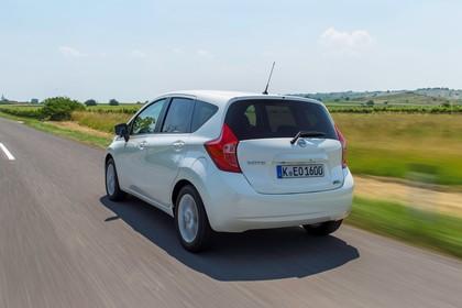 Nissan Note E12 Aussenansicht Heck schräg dynamisch weiss