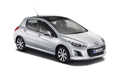 Peugeot 308 Fünftürer Facelift Aussenansicht Front schräg Studio statisch silber