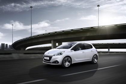 Peugeot 208 A9 Aussenansicht Seite schräg dynamisch weiss
